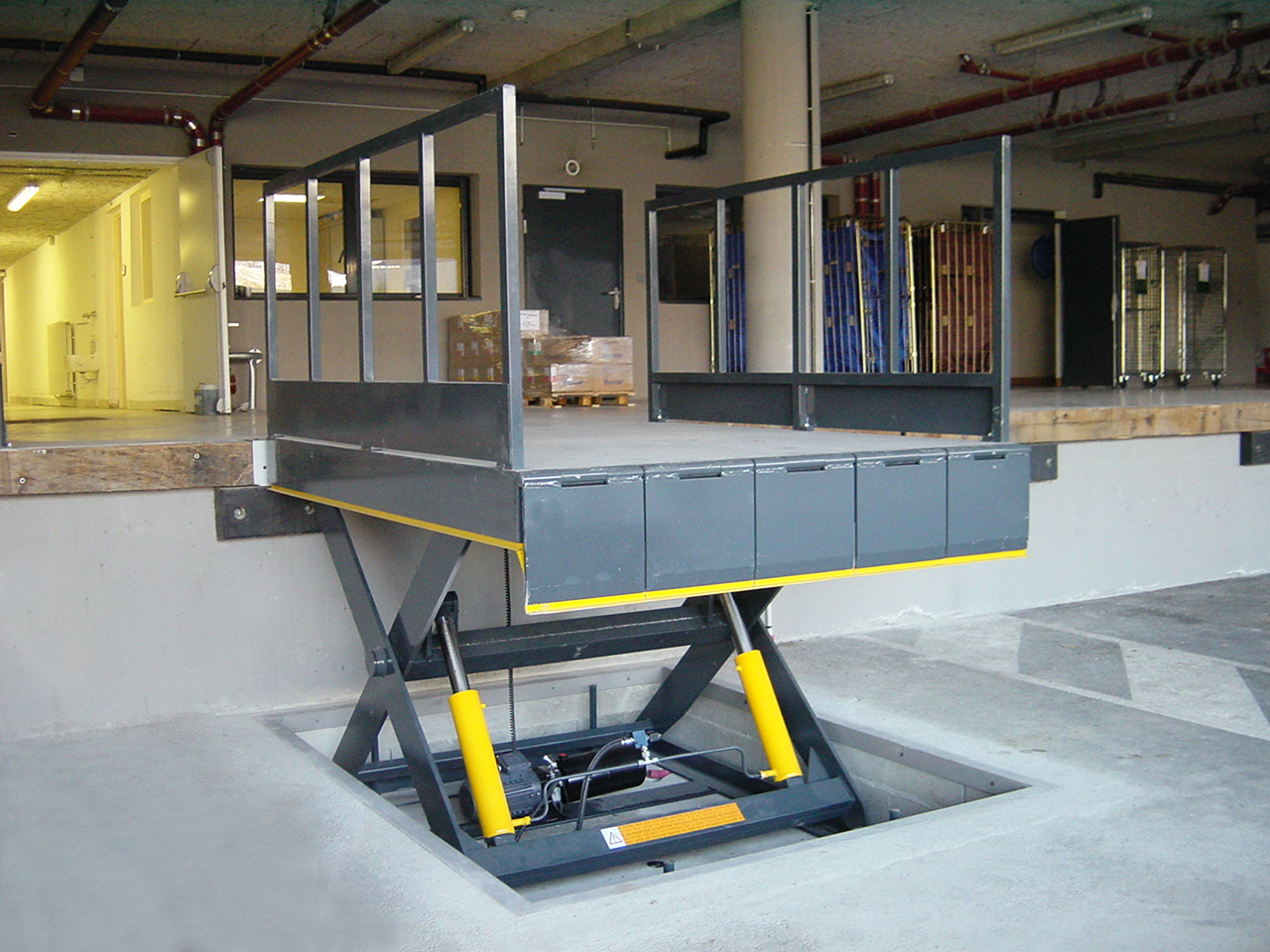 Scissor Lift Table with accessories